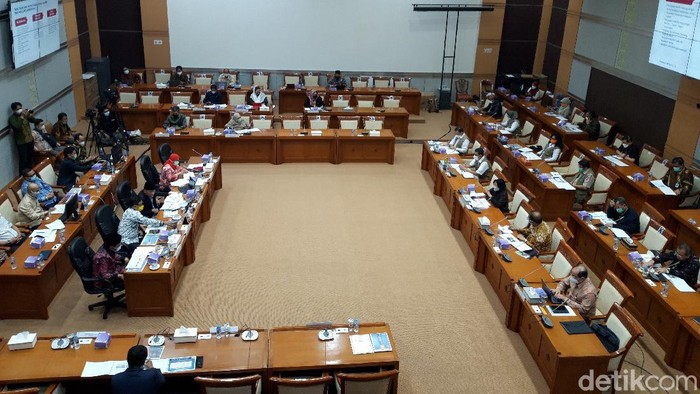 Komisi VIII DPR RI menggelar rapat kerja gabungan bersama Menteri Sosial (Mensos) Tri Rismaharini dan Kepala BNPB Doni Monardo. (Rahel Narda Chaterine/detikcom).