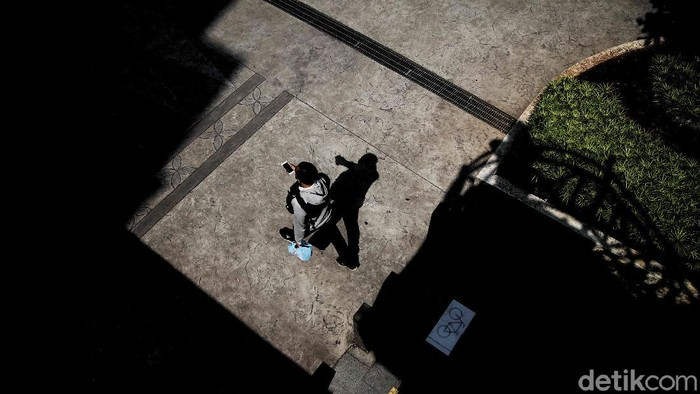 Macet masih jadi momok di Ibu Kota. Selain integrasi transportasi publik, kehadiran trotoar yang aman untuk pejalan kaki juga jadi solusi atasi macet di Jakarta