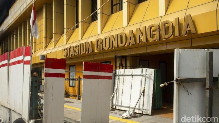 Stasiun Gondangdia tengah ditata menjadi stasiun terpadu. Petugas mengatakan penataan tersebut telah dilakukan sejak Januari 2021 lalu.