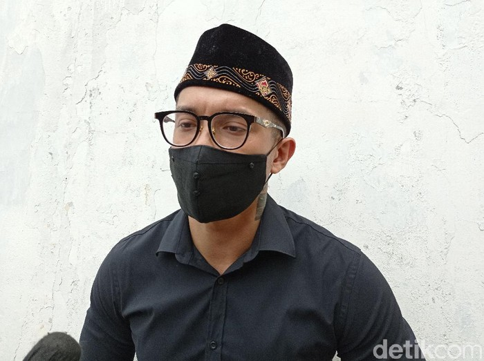 Miller Khan datang ke rumah duka Anton Medan