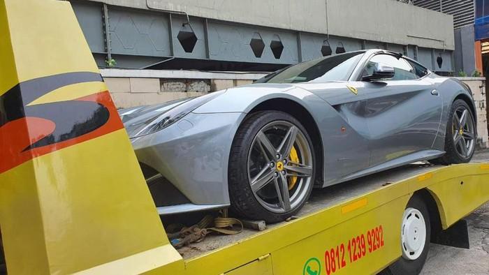 Mobil Ferrari Milik Tersangka Asabri Heru Hidayat Dipindahkan ke Kantor Asabri
