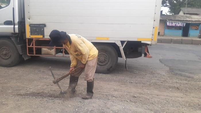 Pekerjaan saluran air di Jl Industri Kabupaten Bekasi.