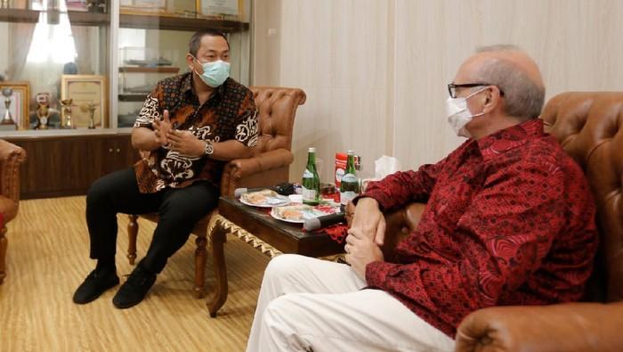 Pemkot Semarang Hendrar Prihadi menyambut kedatangan Dubes Prancis untuk Indonesia Olivier Chambard.