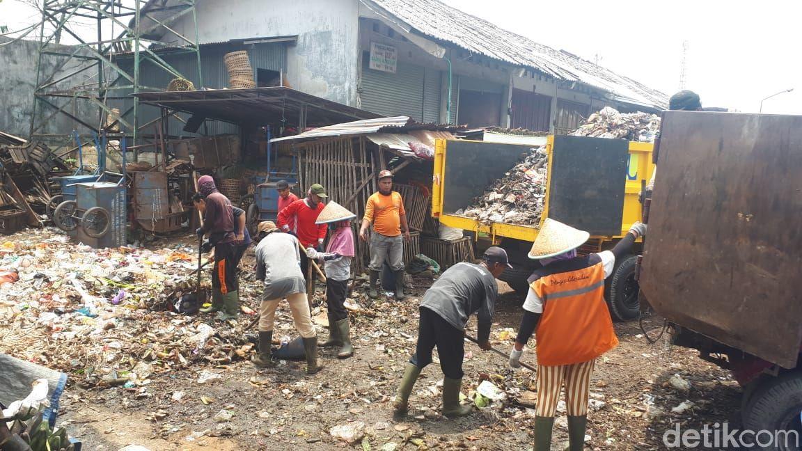 Pengangkutan sampah di Pasar Ajibarang, Banyumas, Jawa Tengah, 16 Maret 2021. (M Yusuf Fanany/detikcom)