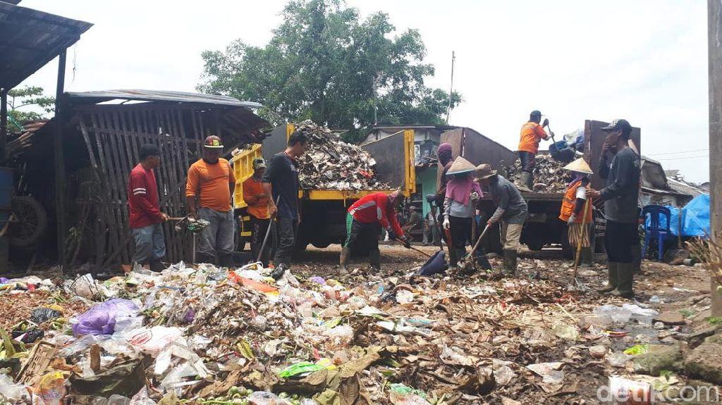 Akhirnya! Sampah Berserakan di Pasar Ajibarang Banyumas Kini Diangkut