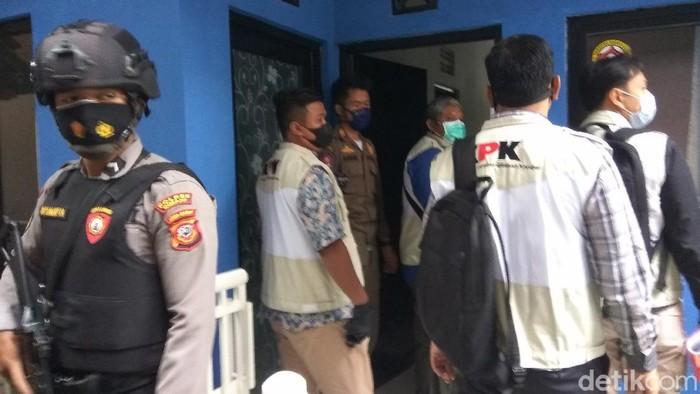 Petugas KPK datangi rumah pribadi Bupati Bandung Barat Aa Umbara.