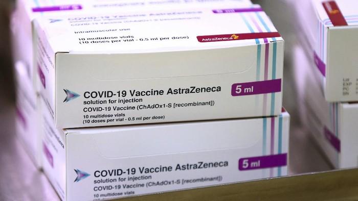 Perdana Menteri (PM) Thailand disuntik vaksin AstraZeneca hari ini. Vaksinasi tersebut digelar di tengah kontroversi terkait keamanan vaksin Corona tersebut.