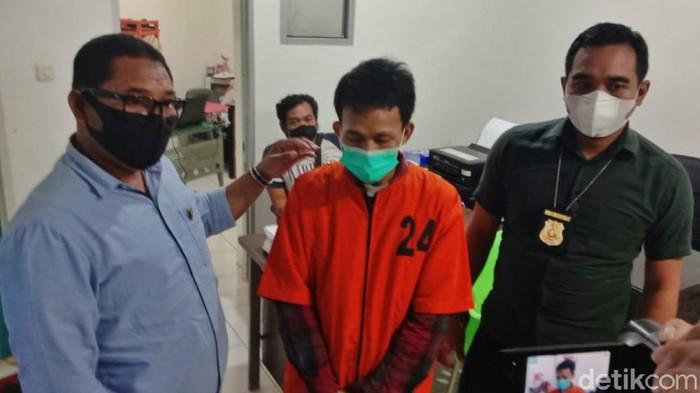 Polda Sumsel menangkap pelaku begal sadis yang mencuri dan menusuk seorang wanita di Palembang. Dua pelaku lain diburu. (Prima Syahbana/detikcom)