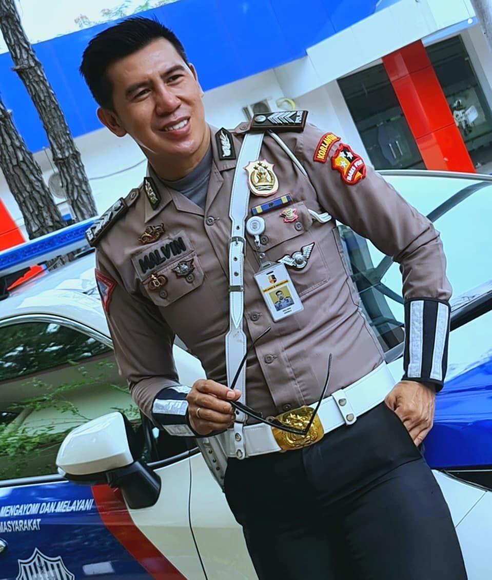 Keren! Aksi Pak Polisi Hobi Masak di Alam Terbuka