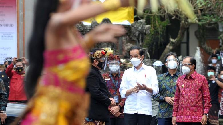 Presiden Joko Widodo (kedua kiri) didampingi Menteri Kesehatan Budi Gunadi Sadikin (ketiga kiri), Gubernur Bali Wayan Koster (keempat kiri) dan Wagub Bali Tjokorda Oka Artha Ardana Sukawati (kiri) meninjau proses vaksinasi COVID-19 di Puri Ubud, Gianyar, Bali, Selasa (16/3/2021). Kunjungan tersebut dilakukan Presiden Jokowi untuk melihat secara langsung proses vaksinasi secara massal kepada para pelayan publik, tokoh agama dan adat serta masyarakat setempat. ANTARA FOTO/Fikri Yusuf/rwa.