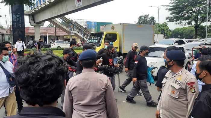 Pria di depan PN Jaktim diamankan gara-gara bawa samurai (Fathan-detikcom)