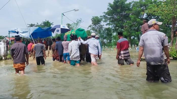 Pria di Lamongan tewas digigit ular saat mencari ikan ketika banjir. Itu merupakan banjir luapan Sungai Bengawan Njero.