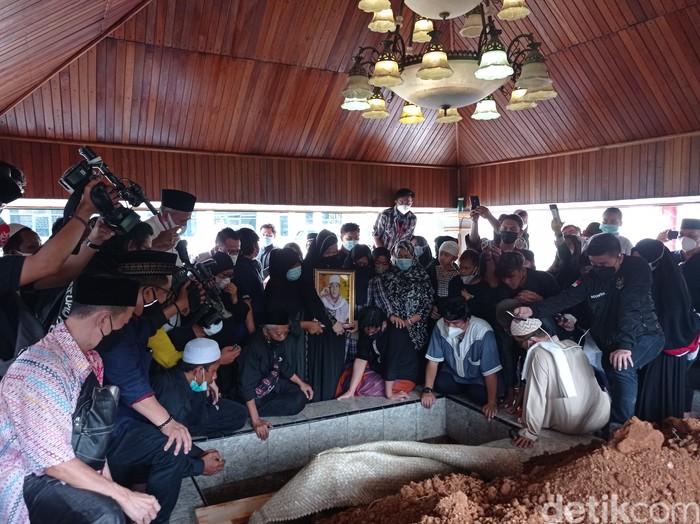 Prosesi pemakaman jenazah Anton Medan di area Masjid Tan Kok Liong Bogor (Sachril Agustin/detikcom)
