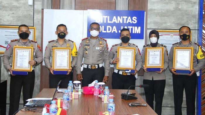 Satlantas Polresta Sidoarjo menorehkan prestasi gemilang dengan meraih juara 2 Road Safety Partnership Action (RSPA) 2020. RSPA digelar Korps Lalu Lintas Polri (Korlantas).