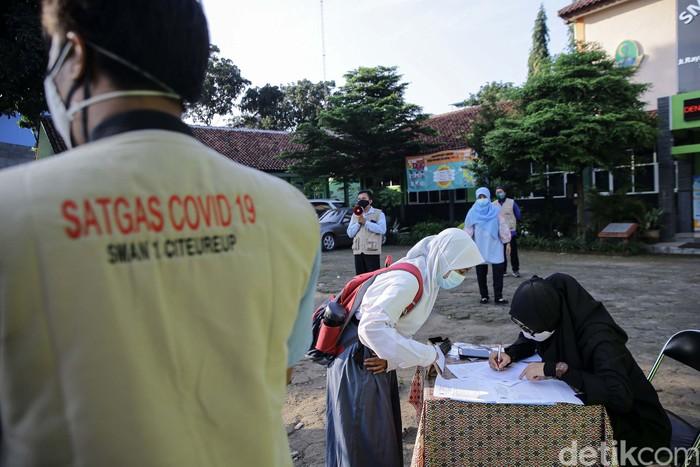 Sejumlah sekolah di Kabupaten Bogor, mulai melakukan uji coba belajar mengajar tatap muka. Salah satunya adalah SMAN 1 Citeureup.
