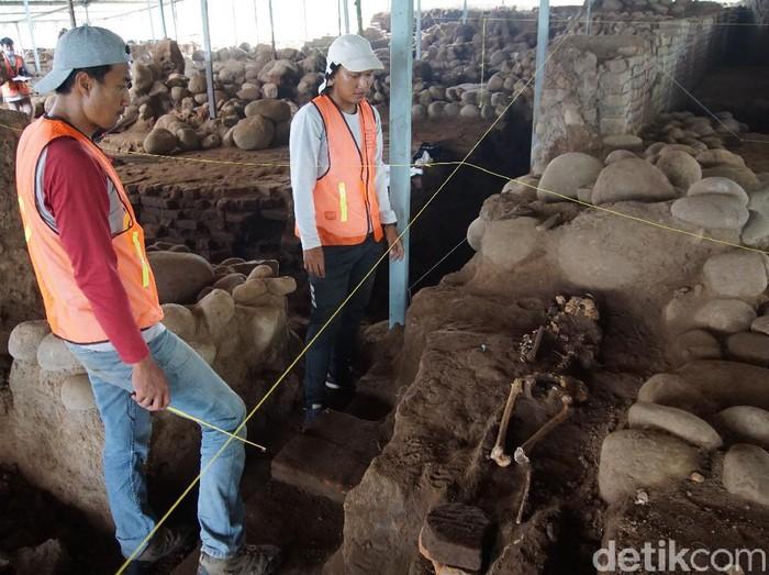 Tim Ekskavasi dari Balai Pelestarian Cagar Budaya (BPCB) Jatim menemukan tiga kerangka manusia di Situs Kumitir, Kabupaten Mojokerto. Pakar Antropologi Universitas Airlangga (Unair) Surabaya meneliti ketiga kerangka manusia tersebut.