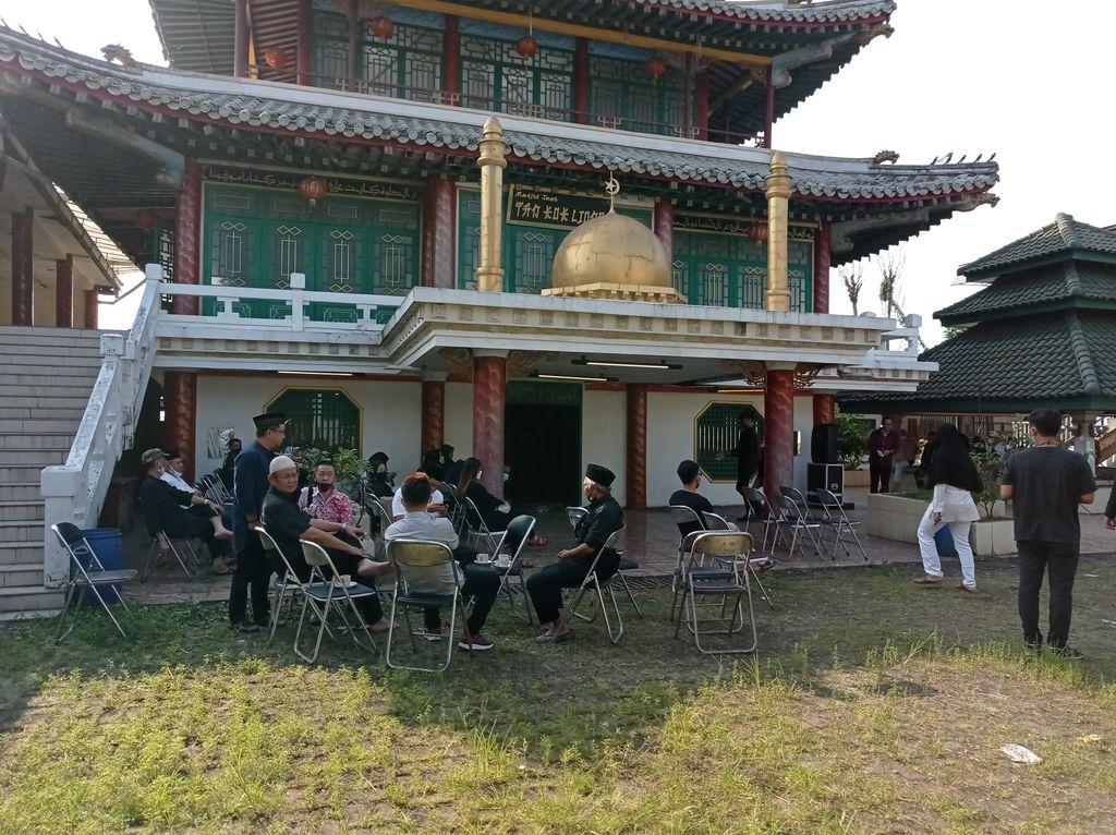 Suasana di sekitar masjid Tan Kok Liong lokasi jenazah Anton Medan akan dimakamkan