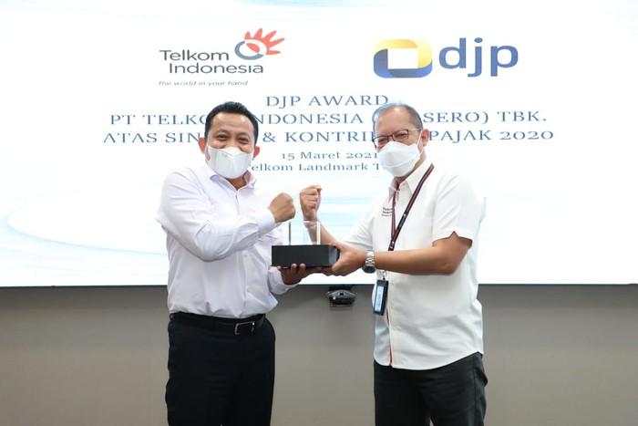 Penyerahan apresiasi kepada PT Telkom Indonesia (Persero) Tbk (Telkom) atas sinergi dan kontribusi pajak di tahun 2020