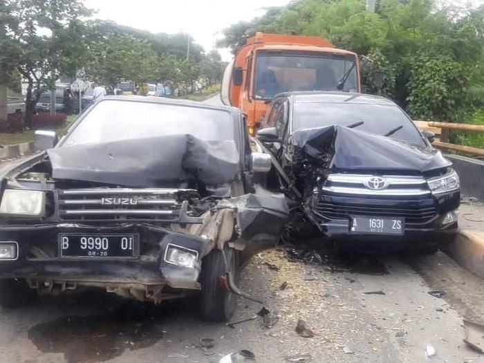Tiga kendaraan mengalami kecelakaan beruntun di Jalan Lintas Selatan Cilegon akibat sebuah truk mengalami rem blong (dok Polres Cilegon)