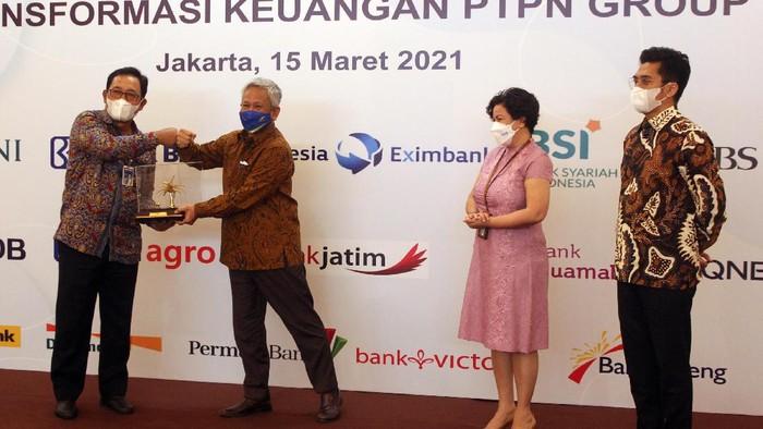 Wakil Menteri BUMN I Pahala Mansury menyaksikan Master Amendment Agreement (MAA) perihal transformasi keuangan PTPN Group di Jakarta, Senin (15/3/2021) malam