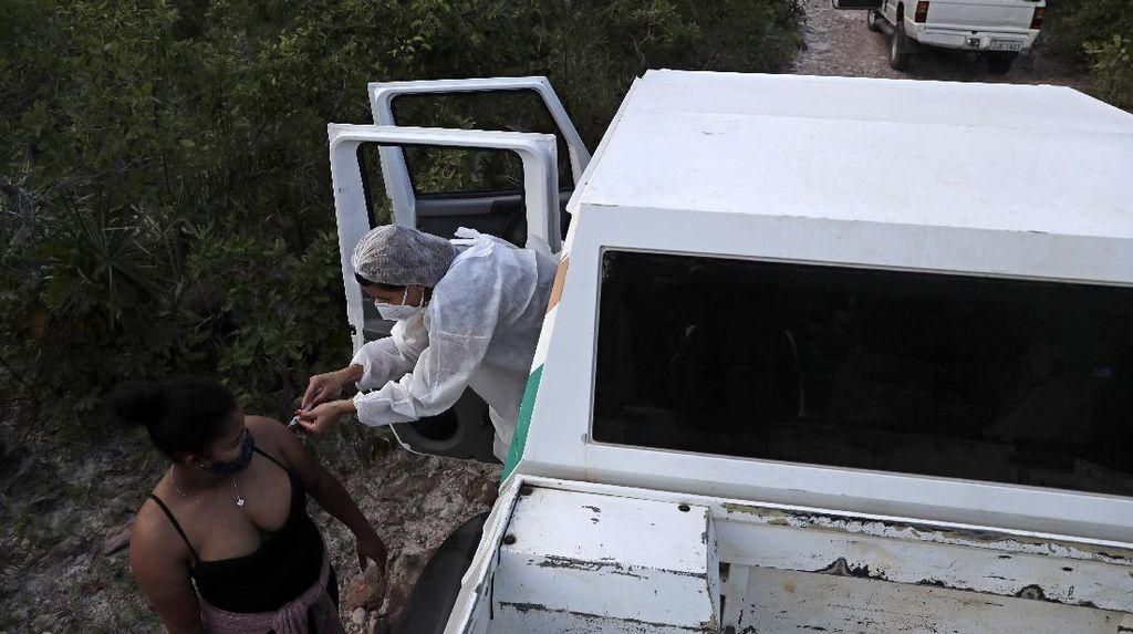 Vaksinasi Jemput Bola untuk Warga Desa Terpencil di Brasil