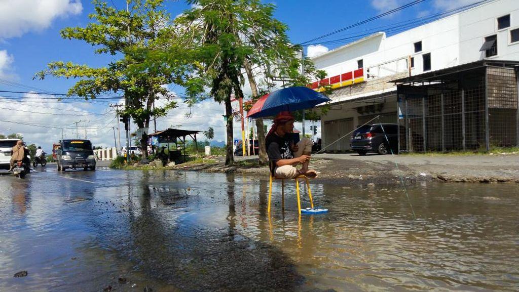 Viral Pria Mancing-Mandi di Jalan Rusak Parah di Lombok Tengah NTB