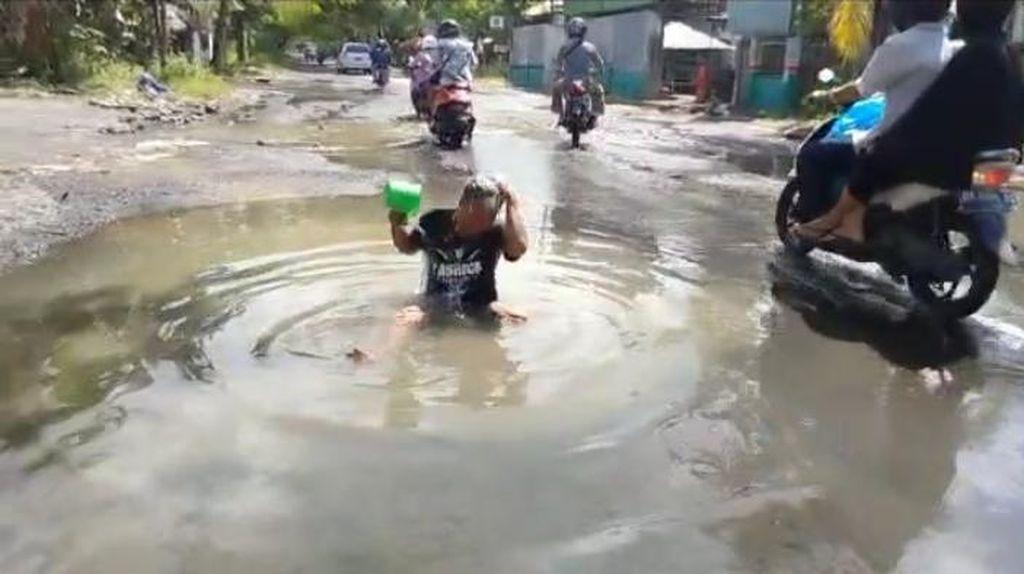 Warga Lombok Ini Mandi di Jalan Rusak Sebagai Bentuk Protes!