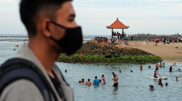 Wisatawan lokal menikmati suasana saat liburan di Pantai Sanur, Denpasar, Bali.