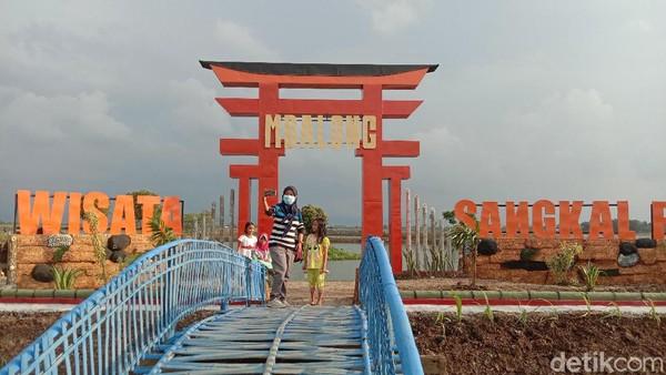 Ada spot wisata baru di Kudus, Jawa Tengah. Destinasi baru itu bernama Mbalong Sangkal Putung. Lokasinya berada di Desa Kesambi, Kecamatan Mejobo, Kudus.