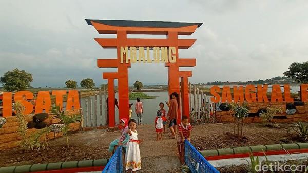 Kades Kesambi, Mokhamad Masri, menuturkan gapura dibangun untuk menarik wisatawan. Sebab, di Kudus belum ada spot wisata yang terdapat khas seperti di Jepang.