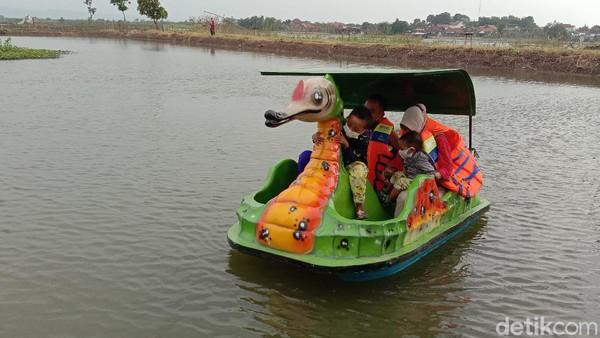 Traveler bisa main bebek-bebekan di sini. Penamaan Wisata Mbalong Sangkal Putung itu sesuai dengan lokasi. Mbalong berarti rawa, sedangkan putung merupakan nama jalan yang berada di depan objek wisata tersebut.
