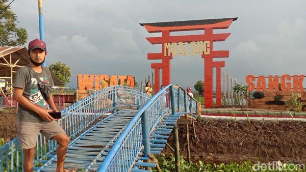 Daya tarik destinasi ini adalah gapura ala Jepang yang dikenal dengan nama Torii. Gapura berwarna orange itu unik karena berada di tengah-tengah rawa dan persawahan.