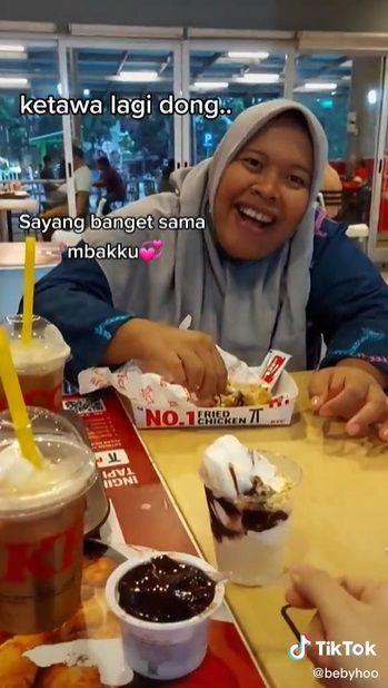Kisah viral ART yang bahagia karena ditraktir makan sang majikan.