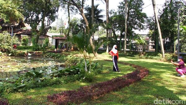 Taman Kota di Jakarta yang tutup sejak masa pandemi menjadi pilihan alternatif liburan bagi sebagian warga.