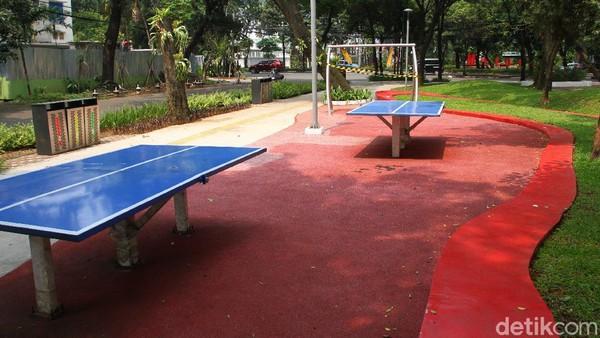 Namun fasilitas olahraga maupun sarana permainan yang ada di taman kota untuk sementara tidak boleh digunakan untuk menjaga kontak antar manusia.