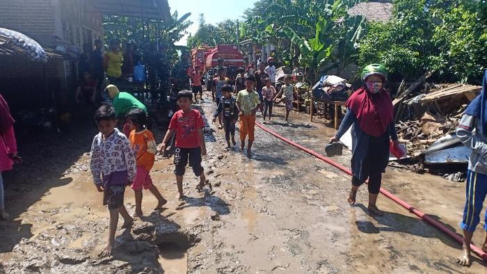 banjir di magetan landa enam desa menyisakan lumpur