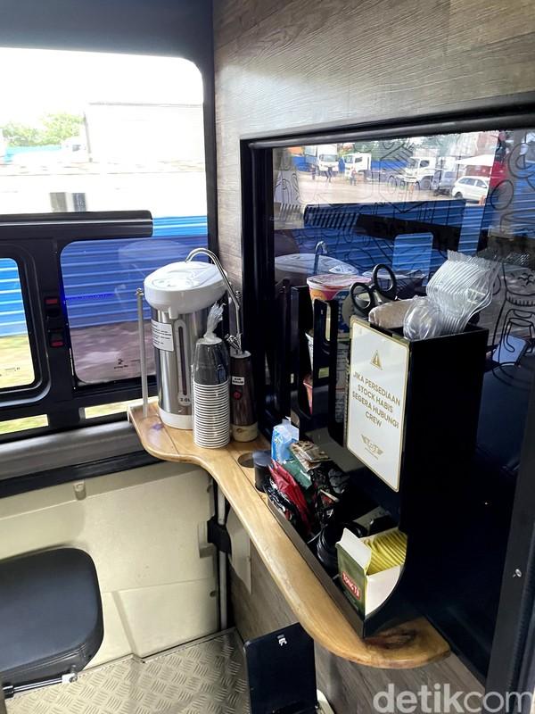 Kamu bisa memasak mie, kopi atau teh di mini bar president class 27Trans Java. Layanan ini tak akan kami temui bahkan di kelas eksekutif kereta api yang harga tiket lebih mahal dan jarak tempuh lebih lama.