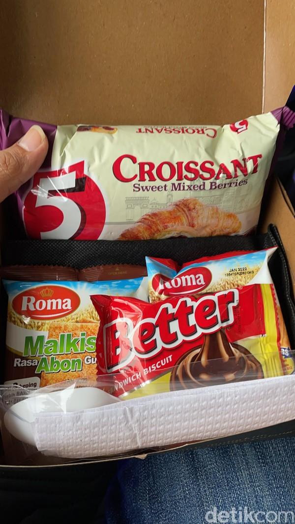 Di awal duduk di kursi president class 27Trans Java, kami sudah diberi snack yang berisi aneka biskuit. Lalu, ketika tiba di garasi, kami diberi makan besar yang pertama.