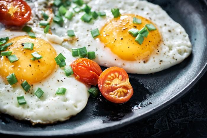 Fried eggs with tomatoesCara Membuat Telur Ceplok yang Tampilannya Cantik, Perhatikan 3 Hal Ini