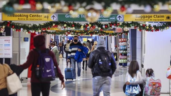 Pemandangan di bandara saat semua orang mengenakan masker. (Angus Mordant/Bloomberg/Getty Images/CNN Travel)