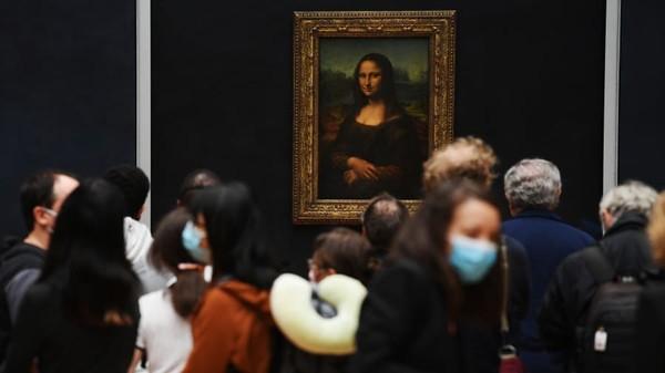 Sebelum tahun 2020, Museum Louvre Paris adalah salah satu museum seni populer dunia. Namun semenjak pandemi ada, pembatasan pengunjung pun diterapkan dan wajib mengenakan masker saat berkunjung. (Pascal Le Segretain/Getty Images/ CNN Travel)