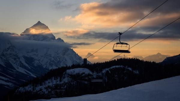 Resor ski di Eropa yang kosong. Foto ini adalah suasana matahari terbit di Cortina dAmpezzo di Pegunungan Alpen Italia. (Fabrice Coffrini/AFP/Getty Images/ CNN Travel)