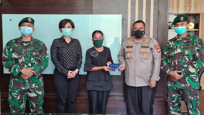 Kapolres Tangsel AKBP Iman Imanuddin menyerahkan beasiswa ke anak anggota TNI korban penembakan di Cengkareng. Foto dikirim kasat lantas AKP Bayu.