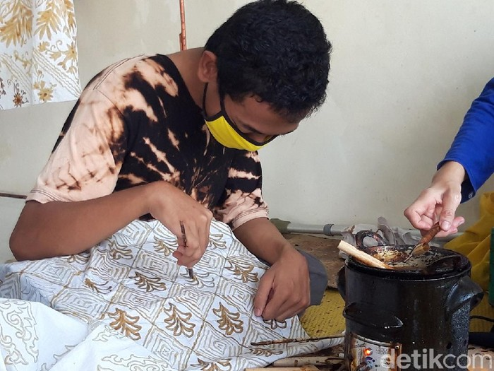 Kelompok difabel di Boyolali terus berusaha berkarya dengan membuat kain batik di tengah masa sulit akibat pandemi virus Corona atau COVID-19, Rabu (17/3/2021).