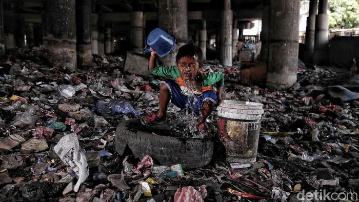 Sejumlah warga beraktivitas di kawasan kolong Tol Wiyoto Wiyono, Papanggo, Jakarta Utara, Rabu (17/3). Menurut data BPS jumlah warga miskin di Indonesia meningkat lebih dari 2,7 juta jiwa akibat pandemi COVID-19.