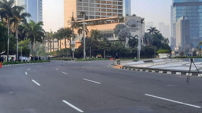 Kondisi lalu lintas di Bundaran HI dialihkan karena ada olah TKP pesepeda ditabrak Mercy.