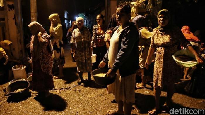Sejumlah nelayan perempuan berdagang di Pasar Gandong, Bonang,  Demak, Jawa Tengah, Selasa (2/3). Pasar yang digelar setiap jam 4 subuh setiap harinya ini menjual hasil tangkapan ikan laut berupa ikan, udang dan kepiting. Alasan mengapa pasar ini dibuka dari subuh karena banyak warga yang mulai mencari ikan segar di jam tersebut.