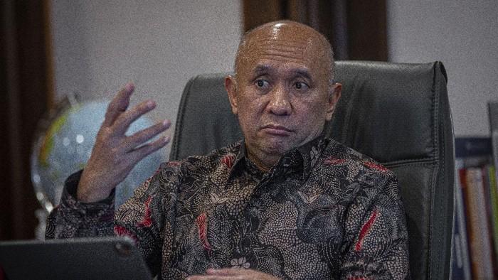 Menteri Koperasi dan UKM Teten Masduki berpose usai sesi wawancara terkait Gerakan Nasional Bangga Buatan Indonesia (Gernas BBI) 2021 di kantornya di Jakarta, Selasa (16/3/2021). Menteri Teten mengatakan Gernas BBI 2021 bertujuan membantu para pelaku UMKM untuk bangkit dari keterpurukan akibat pandemi COVID-19. ANTARA FOTO/Aditya Pradana Putra/hp.