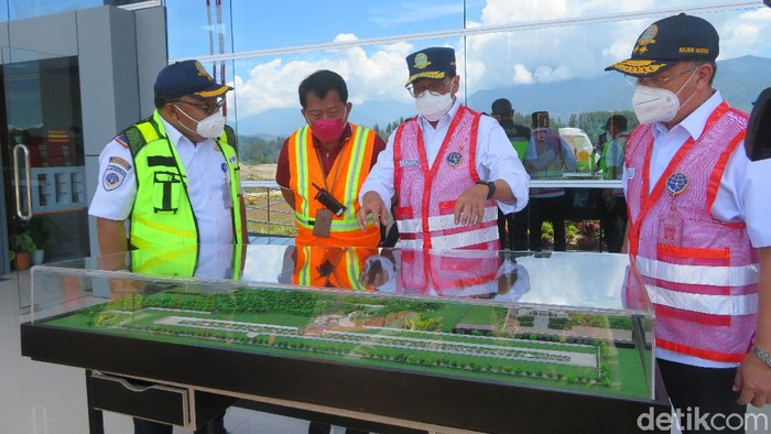 Menteri Perhubungan Budi Karya Sumadi saat meninjau Bandara Tana Toraja, Sulsel (Noval/detikcom).