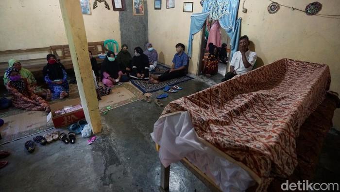 Seniman tayub yang juga sinden asal Sragen, Jawa Tengah, Sujiati (67), dikabarkan meninggal dunia karena sakit yang dideritanya.